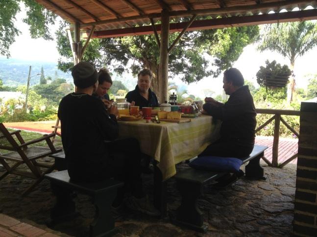 Huéspedes disfrutan el desayuno en la terraza