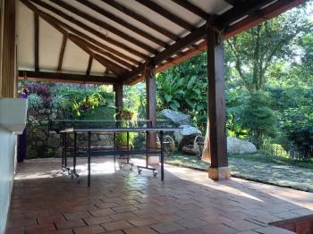 terraza frente con mesa ping-pong